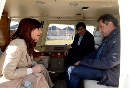 Cristina Kirchner im Hubschrauber der Präsidentin mit Carlos Zannini (M.) und Daniel Scioli