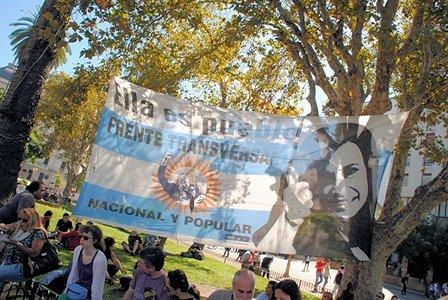 """Transparent zu Ehren der Präsidentin, Plaza de Mayo am 24. März; darauf steht: """"Sie ist das Volk"""""""