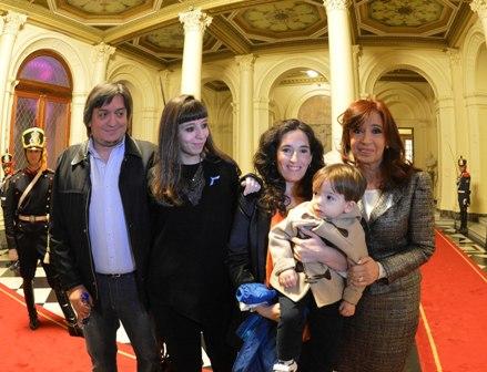 Máximo Kirchner mit seiner Schwester Florencia (l.), seiner Freundin María Rocío García, Sohn Néstor Iván und der Präsidentin