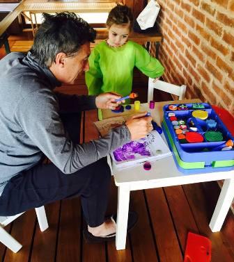 Mauricio Macri am Sonnabend beim Malen mit seiner Tochter Antonia