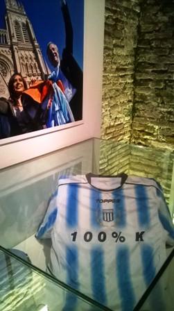 Trikot des 2010 verstorbenen Ex-Präsidenten Néstor Kirchner (Fan von Racing Club), das dieser gern beim Kicken trug; Ausstellungsstück im Museum del Bicentenario