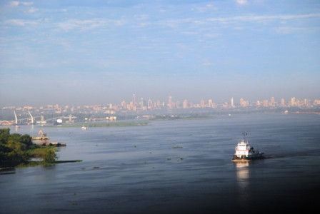 > Der Río Paraguay und die Skyline von Asunción