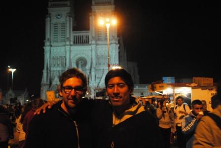Mit Cristian am 5. Oktober 2013 vor der Basilika von Luján