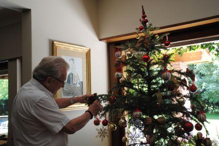 Thomas Leonardt am Weihnachtsbaum