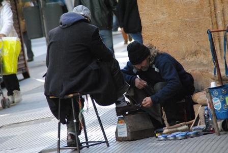 > Ein Schuhputzer in der Calle Florida