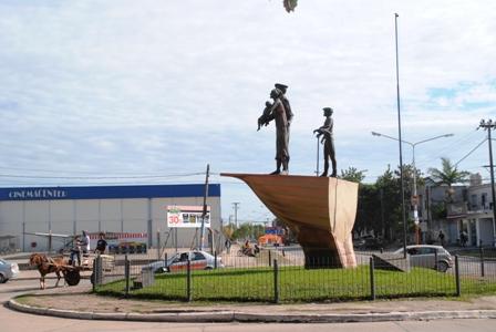 > Skulptur zu Ehren der ersten italienischen Einwanderer